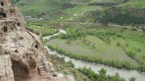 Monastère de caverne de Vardzia Complexe découpé dans la roche Ville de caverne dans les montagnes Vue de la montagne vers la riv clips vidéos