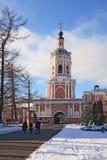 Monastère de Donskoy. Église de porte et mur environnant Photos libres de droits