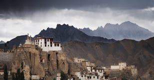 Monastère de Lamayuru dans Ladakh, Inde Le deuxième monastère antique dans la région de Ladakh avec les nuages de tempête et le c photo stock