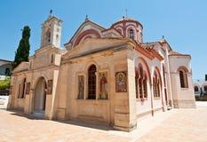 Monastère de Panagia Kalyviani à côté de village de tourbières sur l'île de Crète, Grèce Image stock