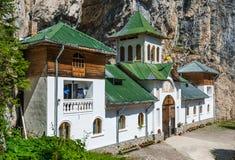 Monastère de Pestera en montagnes carpathiennes Photographie stock