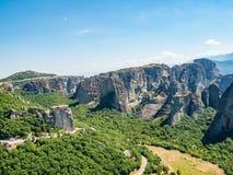 Monastère de Rusan dans la perspective des formations de roche dans les montagnes dans la région de Meteora, Grèce images libres de droits