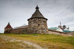 Monastère de Solovetsky avec le premier plan de tour de Korozhnaya Images libres de droits