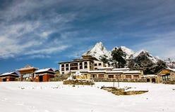 Monastère de Tengboche avec la neige et le ciel bleu Images stock