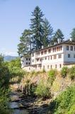 Monastère de Troyan sur la banque de la rivière Cherni Osam Bulgarie Photographie stock libre de droits