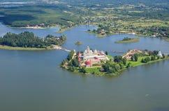 Monastère et lac orthodoxes Seliger, région de Tver, Russie images stock