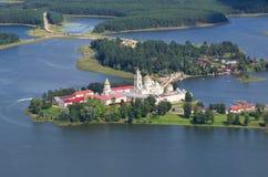 Monastère et lac orthodoxes Seliger, région de Tver, Russie images libres de droits