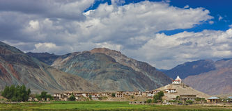 Monastère et village dans Zanskar Photo stock