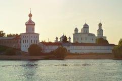 Monastère masculin de Yuriev sur la banque de la rivière de Volkhov au coucher du soleil dans Veliky Novgorod, Russie Photos libres de droits