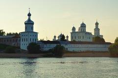 Monastère masculin de Yuriev sur la banque de la rivière de Volkhov au coucher du soleil dans Veliky Novgorod, Russie Photos stock