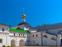 Monastère orthodoxe blanc de cour Image stock