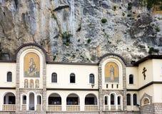 Monastère Ostrog - OS chrétien orthodoxe serbe rocheux de monastère images stock