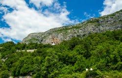 Monastère Ostrog placé sur la roche verticale d'Ostroska Greda, Mont photographie stock libre de droits