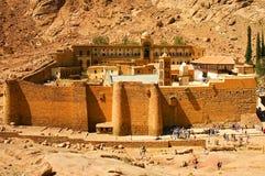 Monastère sacré du monastère de Catherine de saint du mont Sinaï marché par Dieu, bouche d'une gorge au pied de mont Sinaï, photo stock
