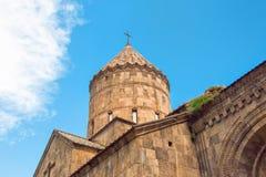 Monastère Tatev, le dôme de l'église et du ciel bleu lumineux Photo libre de droits