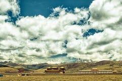 Monastère tibétain dans les montagnes de Sichuan image libre de droits