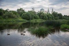 Monastério antigo na cidade theprovincial do russo de Torzhok Imagem de Stock