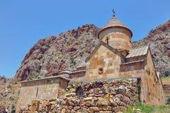 Monastério antigo Noravank construído do tufo de pedra natural Vista ajardinada das montanhas de pedra Fotos de Stock Royalty Free