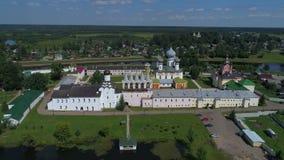 Monastério da suposição de Tikhvin, vídeo aéreo do dia de julho Região de Leninegrado, Rússia filme