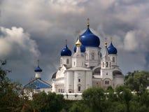Monastério de Bogolyubsky Abóbadas azuis do templo Rússia Céu tormentoso, nuvens imagens de stock
