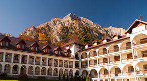 Monastério de Caraiman da opinião da jarda de Busteni Romênia Imagem de Stock Royalty Free