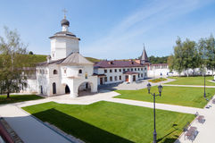 Monastério de Cvyatouspensky do território na cidade Staritsa, Rússia Fotografia de Stock Royalty Free