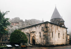 Monastério de Geghard ou de Geghardavank em uma névoa Localizado na província de Kotayk imagem de stock royalty free