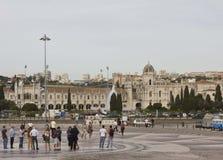 Monastério de Jenonimos em Lisboa com os povos ao longo do quadrado Imagens de Stock Royalty Free
