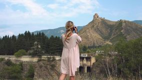 Monastério de Jvari, templo da cruz, igreja majestosa em Geórgia sobre a montanha alta, menina bonita com cabelo leve vídeos de arquivo