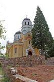 """Monastério de Kremikovtsi O monastério de St George, a igreja nova de Kremikovtsi €žSveti Georgi"""" do manastir de Kremikovski imagem de stock"""