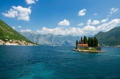 Monastério de St George na ilha na baía de Boka Kotor, Montenegro imagens de stock