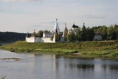 Monastério de Staritsa Sviato-Uspenskiy da cidade nos bancos do Volga imagens de stock