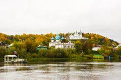 Monastério de Svyato Troitse Nikolsky do monastério da trindade santamente do ` s do St Nichola e catedral do aviso Vista do banc Fotografia de Stock Royalty Free