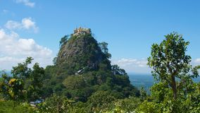 Monastério de Taung Kalat em Popa Mount em Bagan, Myanmar Imagem de Stock Royalty Free