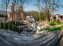 Monastério Djunis com a igreja da mãe da saia do ` s do deus, Sérvia fotografia de stock