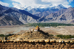 Monastério do telhado e cordilheira dourados Leh Ladakh da neve, Índia Fotos de Stock Royalty Free