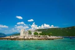 Monastério e igreja na ilha na baía de Boka Kotor, Montenegro imagem de stock royalty free