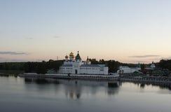 Monastério-fortaleza de Ipatievsky no Volga imagens de stock royalty free