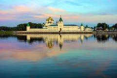 Monastério no alvorecer, Kostroma de Ipatiev da trindade santamente, Rússia imagens de stock