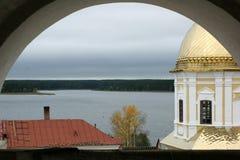 Monastério no lago Imagem de Stock Royalty Free