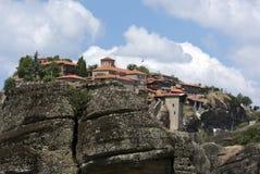 Monastério ortodoxo medieval com paredes de pedra, telhados telhados alaranjados Fotos de Stock Royalty Free