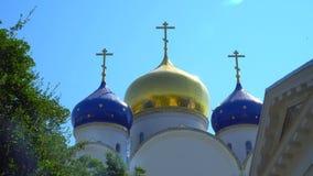 Monastério santamente Odessa de Dormition Abóbadas da igreja contra o céu video estoque