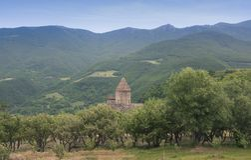 Monastério Tatev A abóbada é vista atrás das árvores Mountain View arménia Fotos de Stock Royalty Free