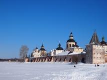 Monastério velho antigo de Kirillo-Belozersky do russo imagens de stock