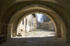Monastério vermelho do século XIV, pátio, parede de cerco, Eslováquia foto de stock royalty free