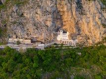 Monaster Ostroga jest monasterem Serbski Ortodoksalny ko?ci?? umieszczaj?cy przeciw prawie pionowo skale Ostroska Greda, Monteneg obraz royalty free