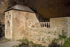 Monaster San Juan De Los angeles Pena, Jaca, w Jaca, Huesca, Hiszpania, rzeźbiący od kamienia pod wielką falezą Ja był oryginalni Fotografia Stock
