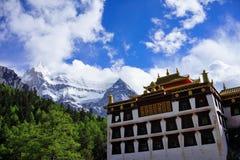Monaster Tybetańskiego buddyzmu i śniegu góra Zdjęcie Royalty Free