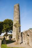 Monasterboice - torretta rotonda ed alta traversa Fotografie Stock