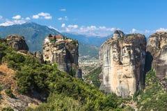 Monasteri di Meteora Bella vista sul monastero santo di grande Meteofo disposto sull'orlo di alta roccia ad alba Immagine Stock Libera da Diritti